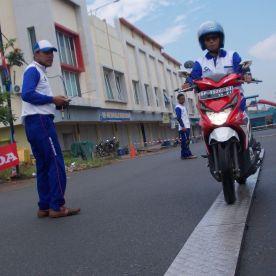 Dengan penuh keseriusan lady biker menunjukan ketrampilannya dalam narrow plank